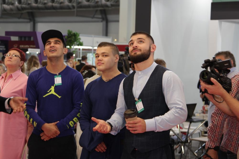 Ведущих спортсменов «РМК Боксинг Промоушен» Магомеда Курбанова, Шавката Рахимова и Михаила Алексеева редко удаётся увидеть вместе. Тем более не на ринге, а в качестве болельшиков.