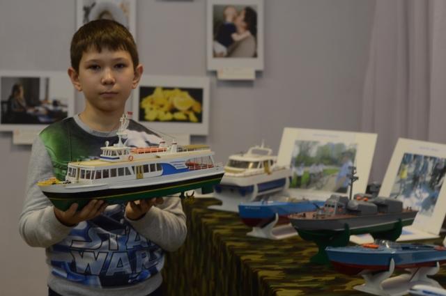 Влад Крюков второй год работает над яхтой, примеряясь к образцу творчества, что у него в руках.