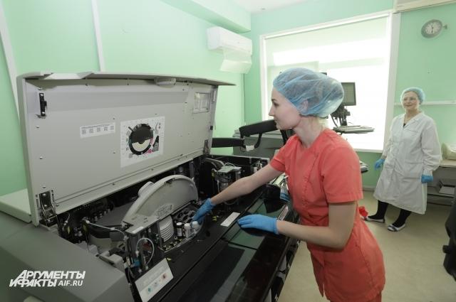 Виктория Ремизова готовит оборудование к иммунологическому исследованию.
