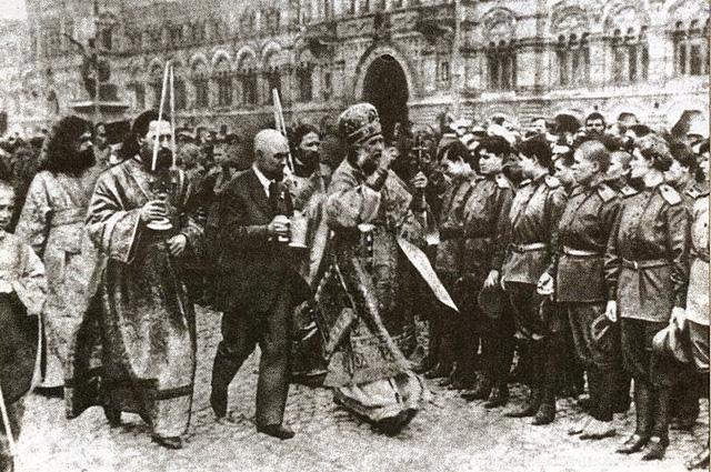 Тихон как московский митрополит благословляет ударный батальон перед отправкой на фронт, 1917 год, Москва, Красная площадь (фото из журнала Искра )
