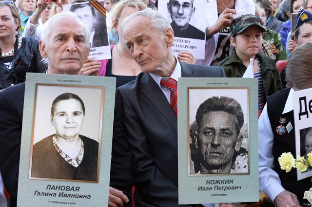 Актеры Василий Лановой и Михаил Ножкин держат портреты родных, участников Великой Отечественной войны во время акции «Бессмертный полк».