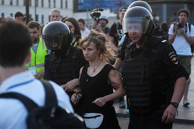 Участница группы Pussy Riot Мария Алехина во время несанкционированной акции в поддержку кандидатов в депутаты Мосгордумы в Москве. 27 июля 2019 г.