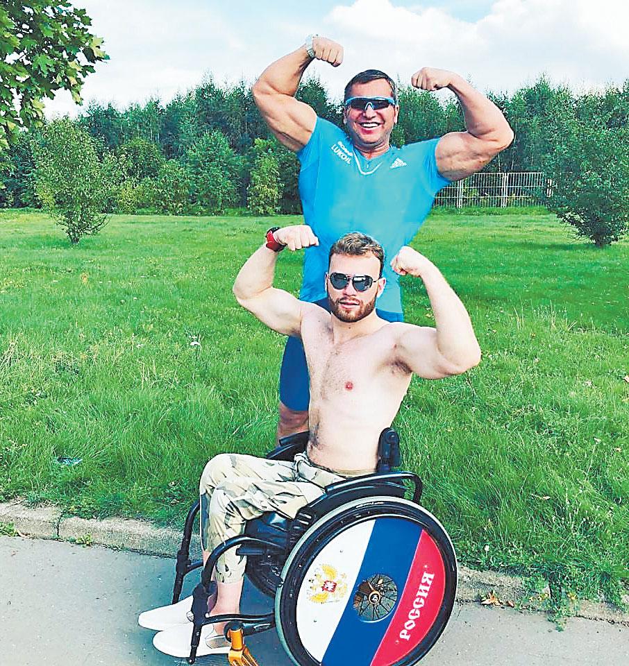 Тренировка Юрия Голубева в местном парке счемпионом по триатлону среди паратриатлетов Ярославом Святославским.