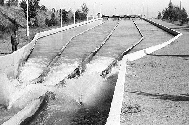 Канал Туш. Совхозная станция забора и распределения воды в автоматическом режиме. Киргизия.