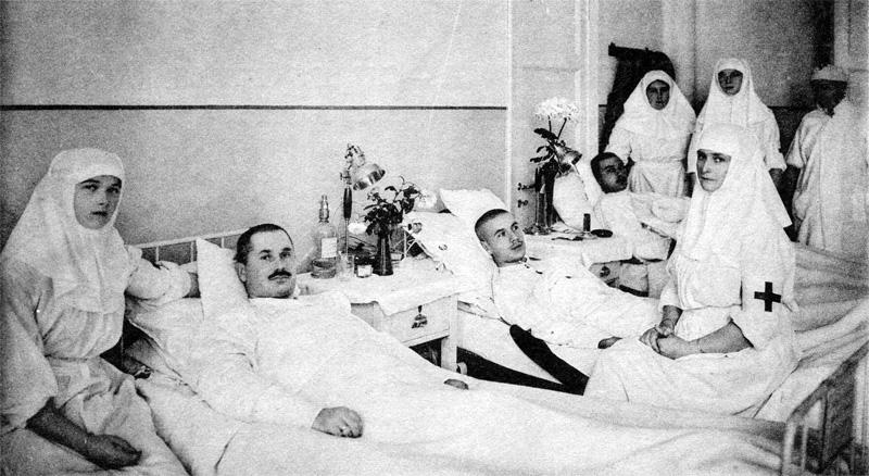 Царица Александра Фёдоровна (сидит справа) в Царскосельском дворце больницы в 1914 году с дочерьми Ольгой (слева) и Татьяна (за матерью)