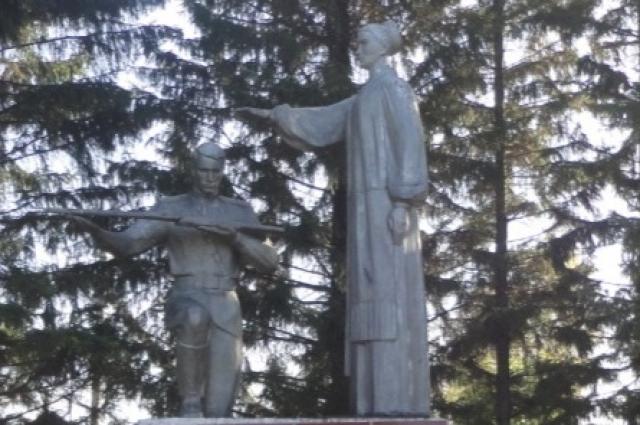 Скульптурная группа установлена в селе Яман Крутинского района.
