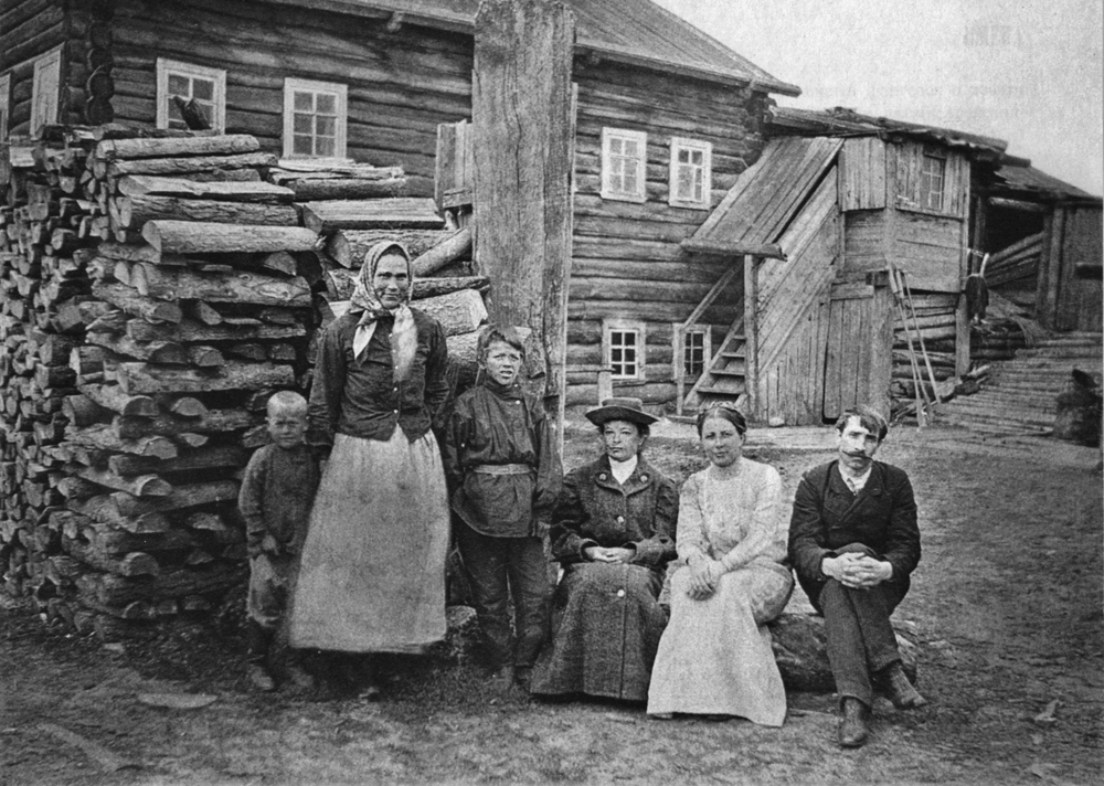 Александр Грин с первой женой Верой (крайние справа) в деревне Великий Бор под Пинегой, 1911 г.