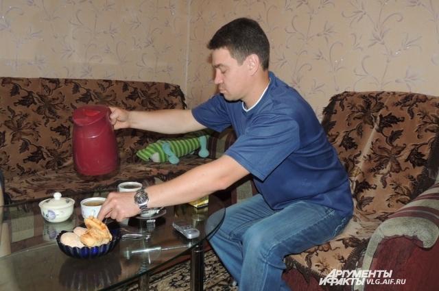 Владимир Карпенко наливает чай домочадцам