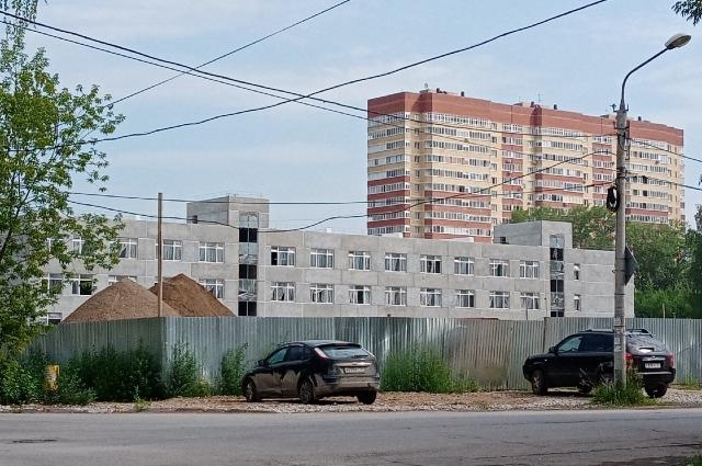 В микрорайоне активно строят новые дома.