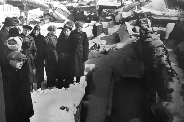 Чрезвычайная Государственная Комиссия по расследованию злодеяний нацистов рядом со взорванными печами крематория в концентрационном лагере Освенцим . Февраль март 1945 года