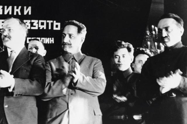 Вячеслав Молотов (слева), Георгий Орджоникидзе (второй слева), Николай Ежов (второй справа) и Анастас Микоян (справа) в президиуме на торжественном заседании, посвящённом пуску первой очереди московского метрополитена. 1935 год