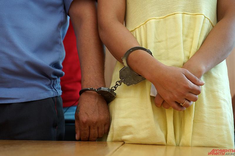 Девушка, закованная в наручники, полностью признала свою вину, в том числе по факту управления транспортным средством без водительских прав