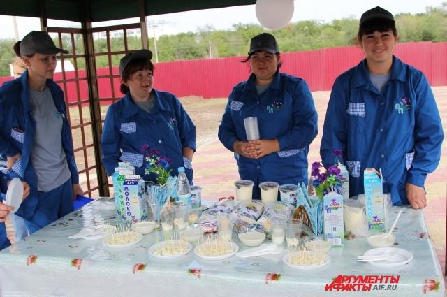 На местном молзаводе для производства молочных изделий используют молоко, сданное селянами.