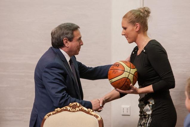 Капитан команды Екатерина Арсеньева вручает подарок губернатору.