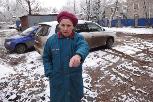 Блокадница Тамара Петровна Чудакова показывает, что осталось от двора со спортплощадкой.