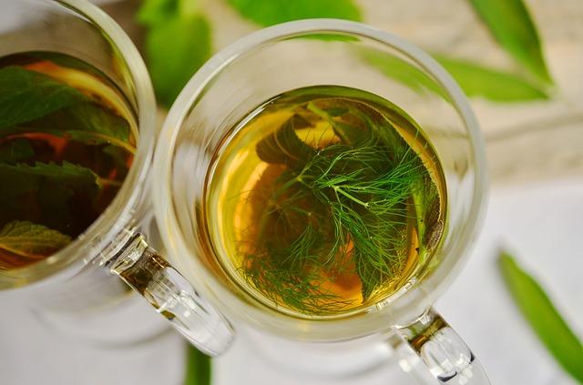 В чай можно добавить мяту и другие ароматные травы.