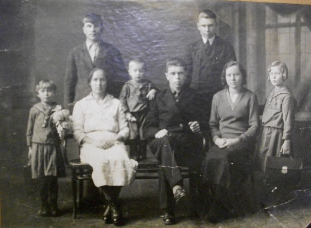 Маленький Коля в середине. Рядом на фото его сёстры, родители и близкие родственники.