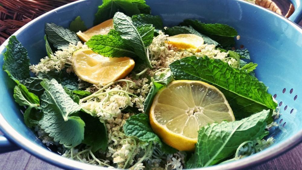 Мята и лимон - признанные народные средства от тяжести в желудке.