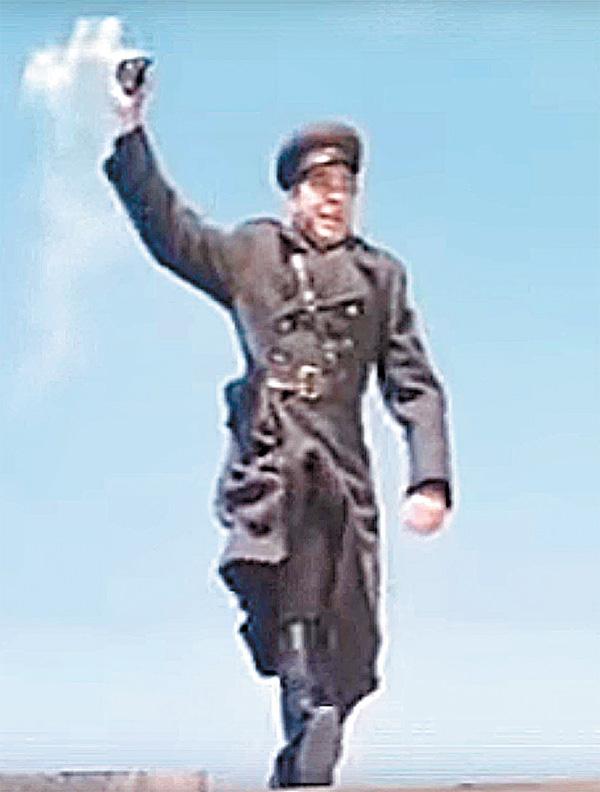 Ещё мгновение, и Яков Новиченко закроет гранату своим телом. Кадр из фильма «Секунда на подвиг»