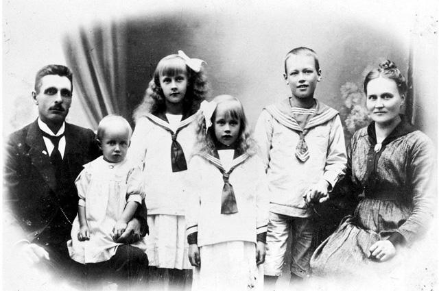 Астрид (третья слева) с родителями, братом и сёстрами.