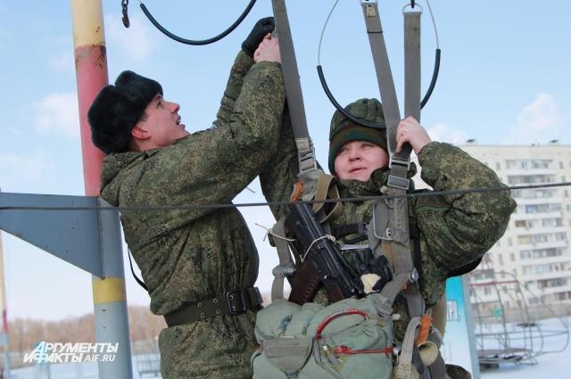 Мужчины в армии всегда помогут женщине на учениях.
