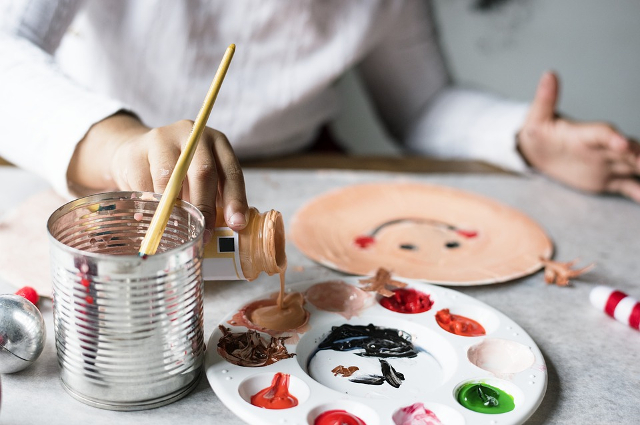 Мать делает все, чтобы ее дочка развивалась. Так, Соня берет уроки рисования у художника.