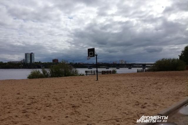 На городском пляже есть спортивные площадки.
