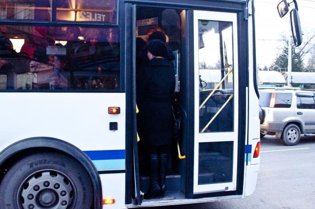 Городской транспорт сокращён до минимума. Многие маршруты отменены.