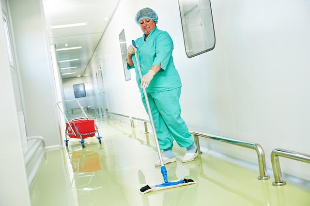 Количество младшего медперсонала - нянечек и санитарок - за последние годы уменьшилось втрое.