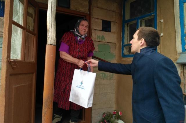 Каждый житель Бородинского, достигшего пенсионного возраста, получил в подарок набор для чаепития.