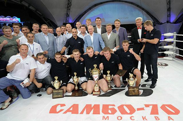 Владимир Путин ироссийские мастера единоборств— спортсмены школы «Самбо-70», 2011 г.