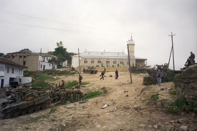 Село Новолакское. Ополченцы и милиционеры. 1 сентября 1999 г.