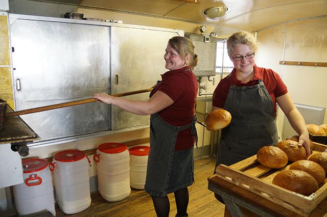 Чтобы научиться печь хлеб, старшая дочь Аннели стажировалась в Германии.