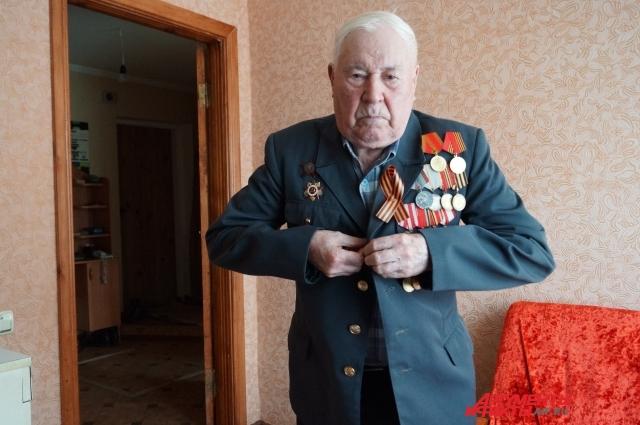 Участник Отечественной войны надевает парадный пиджак