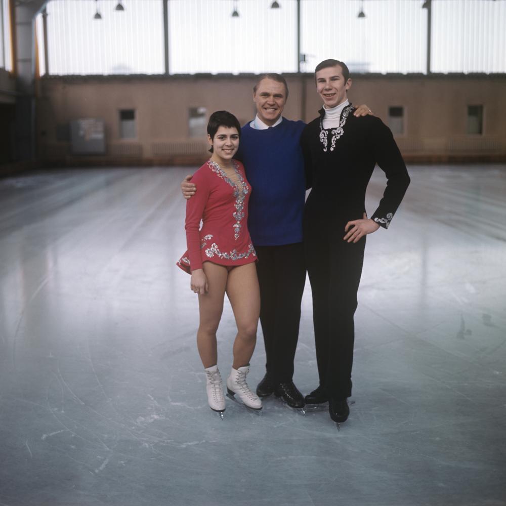 Станислав Жук со своими воспитанниками - чемпионами Европы и мира 1973 года Ириной Родниной и Александром Зайцевым.