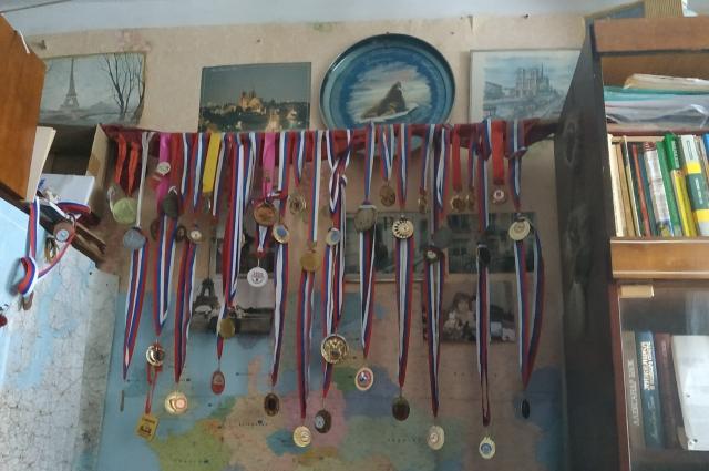 На одной из стен - награды, полученные в России.