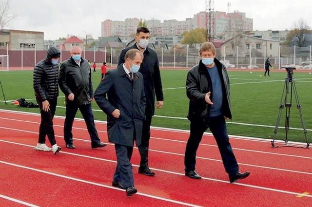Оценил А. Макаров и покрытие профессиональных дорожек, на которых теперь смогут бегать легкоатлеты.