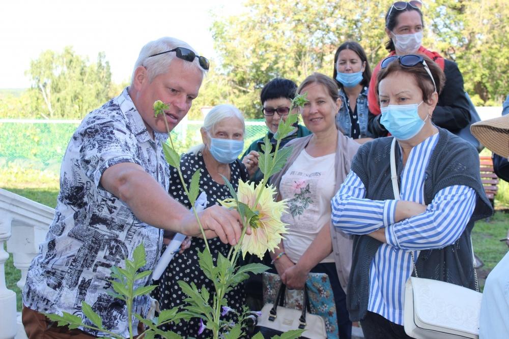 Сергей Шумихин рассказывает, какие растения удалось восстановить в саду.