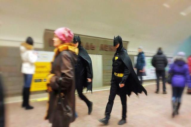 Пассажиры метро делали селфи с Бэтменами, а Бэтмены в свое время рассыпали комплименты  девушкам и оставляли свои визитки с номером телефона.