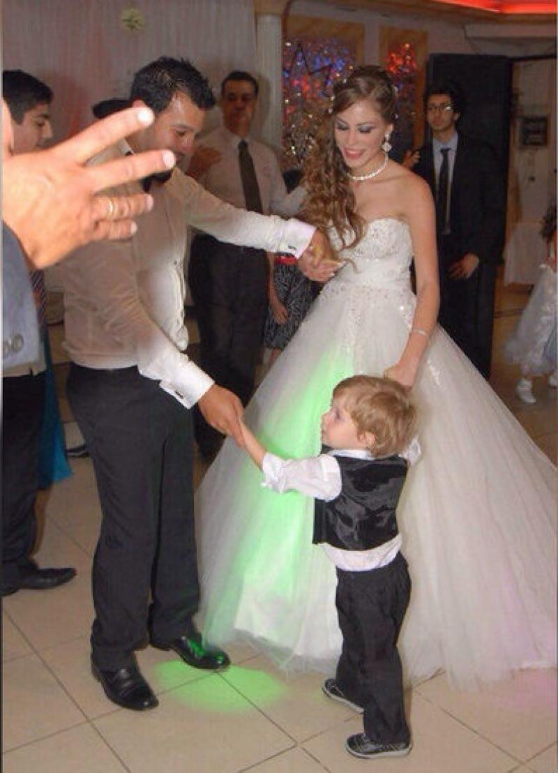 На свадьбе девушка старалась улыбаться, чтобы угодить отцу.