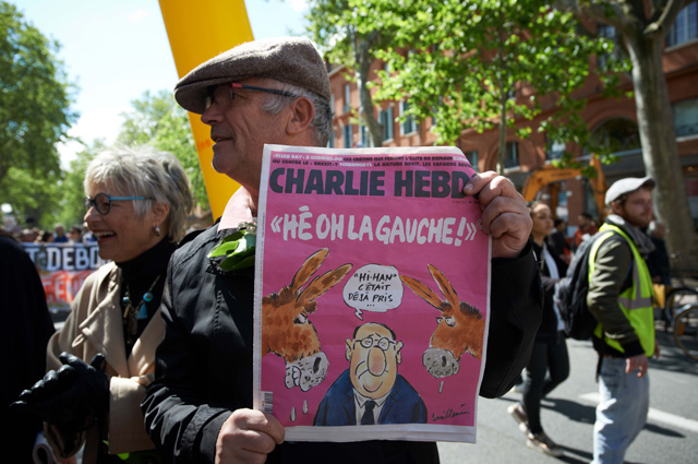 Протестующий в Тулузе с газетой charlie hebdo