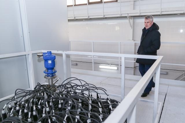 Глава городской администрации Сергей Белов осматривает новое оборудование «Нижегородского водоканала».