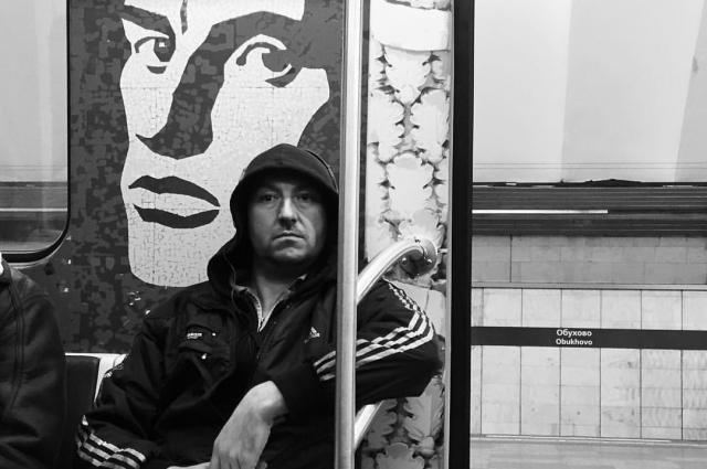 Домрачев фотографирует в вагонах, на платформах и на эскалаторах.
