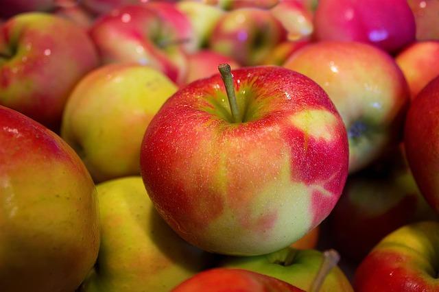 Сырые или запечённые дольки фруктов - отличная замена чипсов.