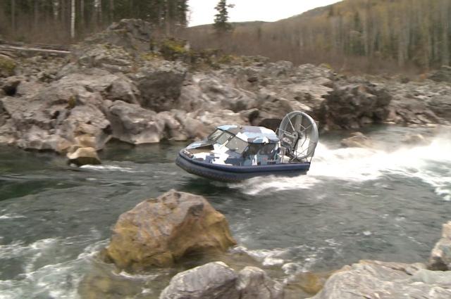 Речной вездеход легко преодолевает горные реки.
