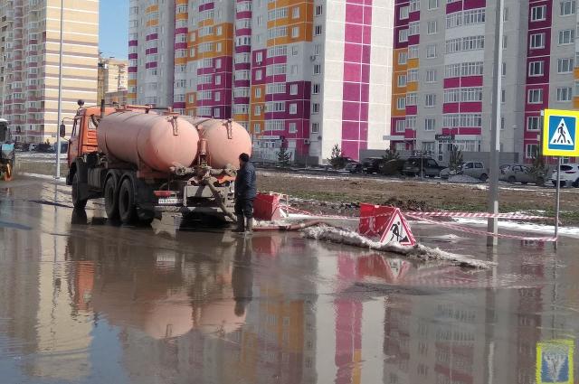 В ЖК «Комарово» второй день идет работа по откачиванию воды.