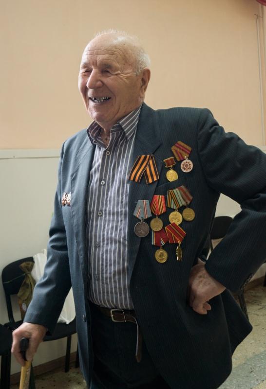 Ветерану уже за 90, но он бодр и весел.