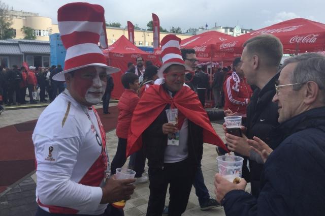 В предвкушении игры с французами: перуанские болельщики ещё не знают, что их любимцы проиграют.