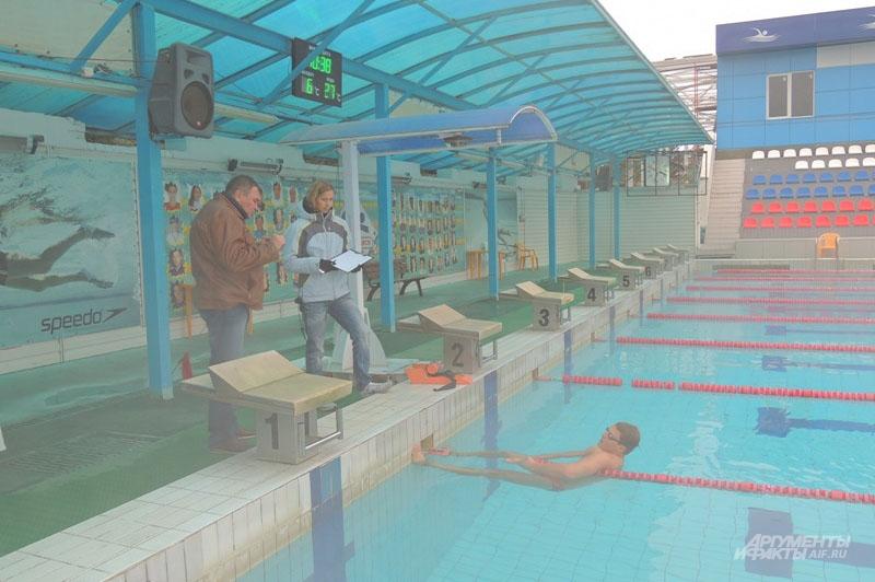 Владимир Мрозов тренируется на открытой воде. Температура воздуха + 6