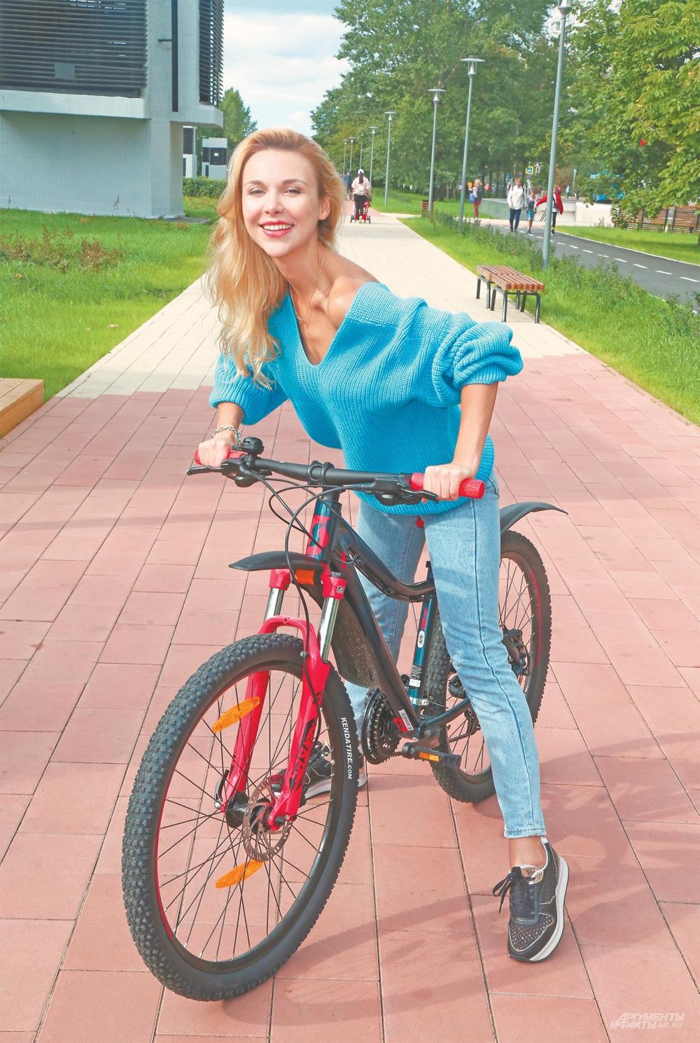 «Я обожаю уникальный велотрек, построенный вКрылатском кОлимпиаде. Часто катаюсь здесь навелосипеде– отличная кардиотренировка»,– говорит актриса Ева Авеева.